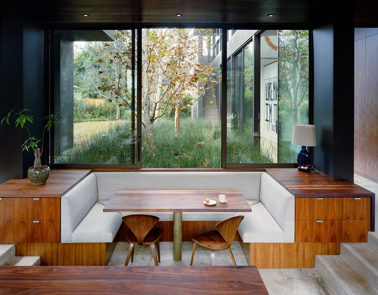 Garden coming right up to kitchen windows, wall of extension acting as retaining wall. Vienna Way / Marmol Radziner