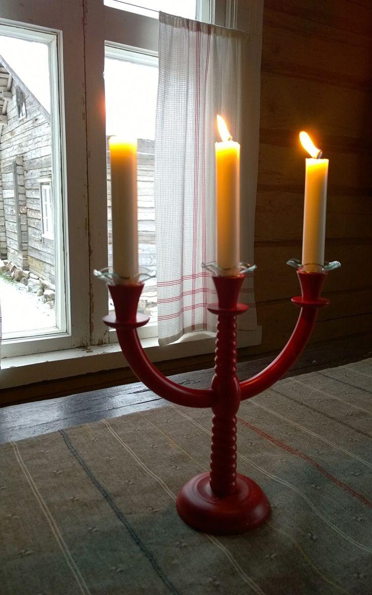 Lucian päivää vietetään 13. joulukuuta Pyhän Lucian muistoksi. Perinteeseen kuuluu Lucia-neito, joka on pukeutunut valkoisiin vaatteisiin, punaiseen vyöhön, kynttiläkruunuun ja hän pitää kädessään kynttilää. Lucia tuo valoa talven pimeyteen. 13. joulukuuta, Turkansaaren ulkomuseo, Oulu (Finland)