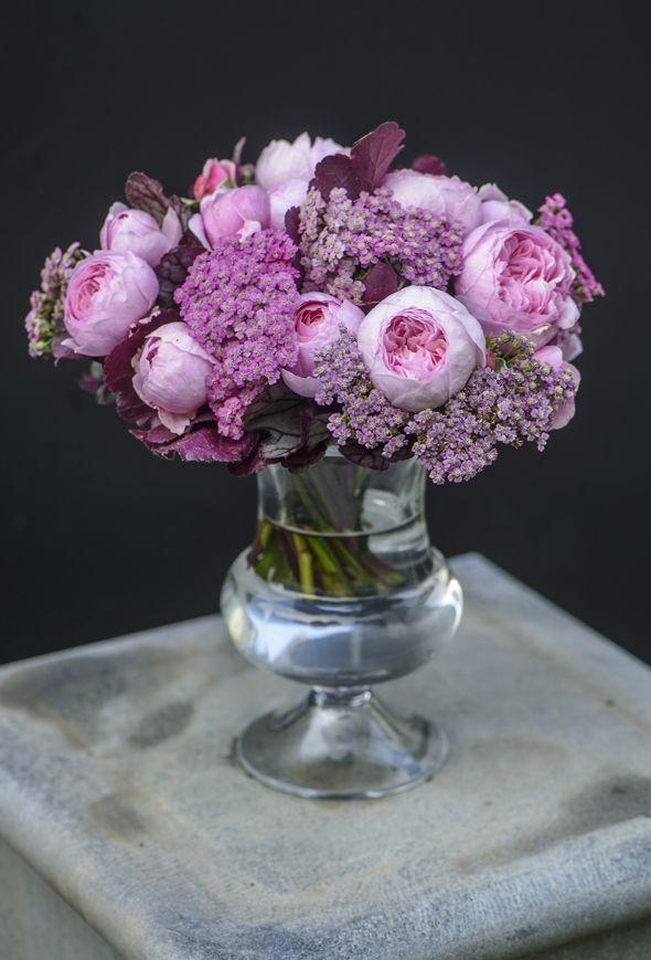 Invitér foråret inden for med blomster og grønt arrangeret i smukke vaser og skåle. Holmegaard og og blomsterkunstneren Claus Dalby viser dig hvordan!