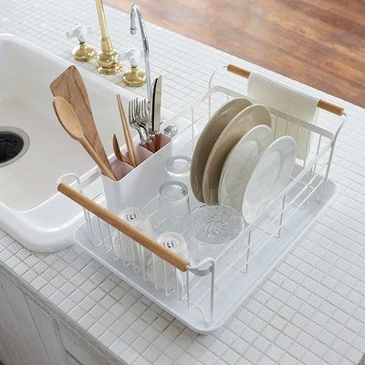 Egouttoir en acier et bois et plateau ABS. Design Yamazaki (Japon)