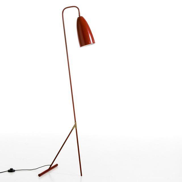 Le lampadaire Gizel. Élégance d'une ligne coudée et du métal noir ponctué de détails en   laiton.   Caractéristiques : - En métal noir et laiton- Abat-jour orientable. - Câble textile noir. - Compatible avec des   ampoules des classes énergétiques A.    - Douille E27 pour ampoule fluocompacte 15W (non fournie). Dimensions : - L30 x H130,3 x P27,5 cm.