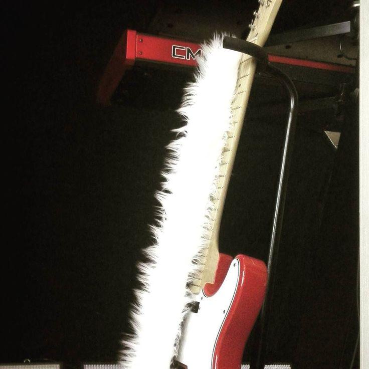 Was ist flauschig und hängt an Torbens Gitarrenhals? Tipp: Es ist weiss macht aber kein miau ... #dieseelen #quiz #guitar #telecaster #deadcat