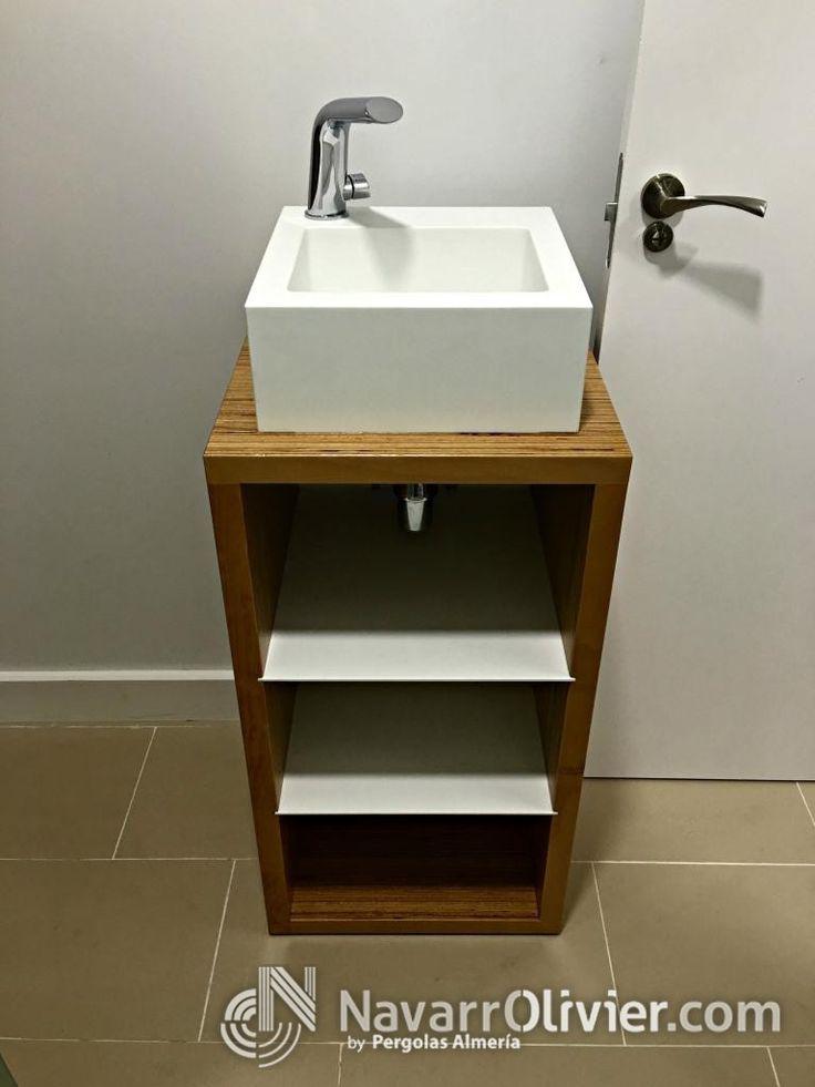 Mueble de baño de madera con estanterías para toallas y lavabo en krion.  #KRION #lavavo #madera #mueble #interiorismo #decoracion #solidSurface #navarrolivier
