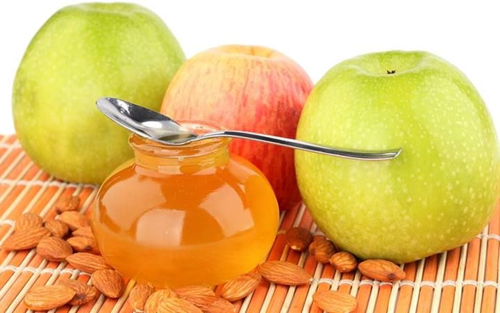 9 способов вкусно и полезно съесть мед:  1. Хлеб , немного масла и мед.   2. Творог и мед.   3. Каша и мед.   4. Несладкие фрукты и овощи и мед.   5. Несладкие блины и оладьи и мед.  6. Зеленый, черный, травяной чай и мед. Травяной чай нужно пить только с медом.  7. Сыр и мед. Для настоящих гурманов.  8. Вода и мед. Такой напиток утолит жажду, снимет усталость, а также поможет вовремя достаточно серьезных умственных нагрузок.  9. Мед и молоко. Приятно выпить на ночь.