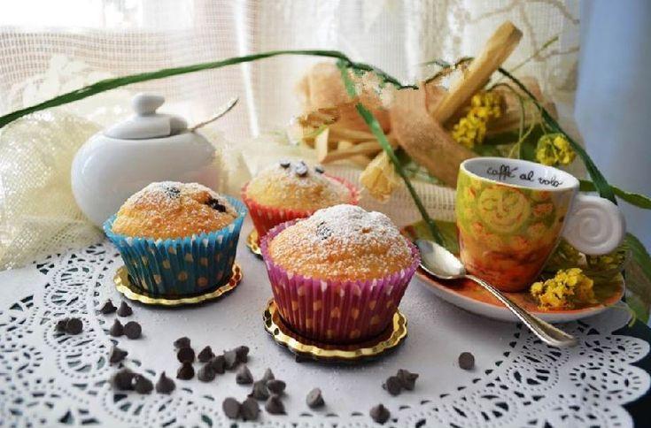 """Per una buona colazione oggi vi mostro i """"Muffin con gocce di cioccolato al profumo d'arancia"""" Ingredienti:  220 g. di farina 00 100 g. di amido di mais 2 uova 200g. di panna 210 g. di latte 100 g. di gocce di cioccolato 110 g. di zucchero 60 g. di olio (io ho usat"""