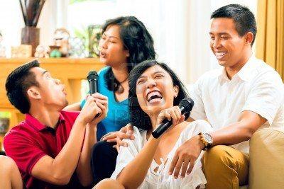 Aziatische mensen zingen op karaoke feest en plezier maken