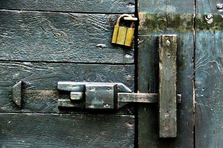 Bak lås og sjå.