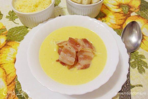 К тыквенному супу-пюре можно подать натертый сыр, сухарики из белого хлеба, ломтики обжаренного бекона и т.д. Приятного аппетита! Угощайтесь!