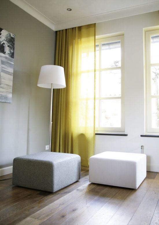 Haal de zon in huis met gele gordijnen. Modern in combinatie met grijs en wit. Bijv. Marum oker gele in between gordijnen.