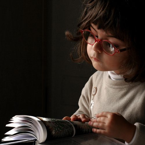 you just know she's bright.Little Girls, Red Glasses, Girls Reading, Future Daughters, Future Children, Bookworm Y, Girl Reading, Kids With Glasses, Smart Girls