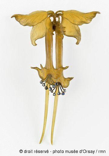 Paul Follot, hair adornement, ca. 1905- 1910, depicting datura flowers. Horn, gemstones. Peigne en corne avec motif fleurs de datura.