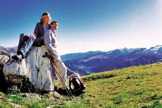 ZILLERTAL: De fleste kender Alperne, som de ser ud om vinteren. Men om sommeren ændrer de karakter og bliver til stejle, grønne græsgange, forrevne klipper og smukke landskaber. Nu kan du få rabat på din romantiske ferie til Zillertal i Østrig. #rabat #ferie #rejser #Østrig #Alper