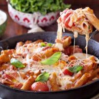 Spaghetti uit mijn oma's keuken, pittig en echt heel erg lekker. Beetje uit Italië, beetje uit Indonesië, beetje uit Suriname. Natuurlijk met kip, peper,...
