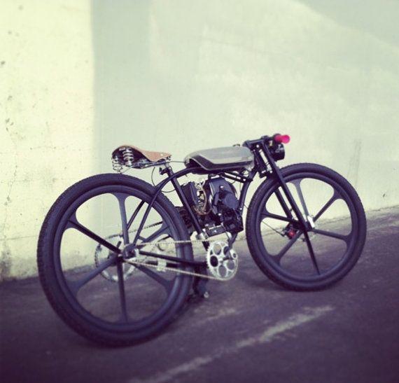 Vintage neuf inspiré bicyclette motorisée du Racer Cafe vient de construire. Cette moto est à la recherche industrielle et difficile. Il peut