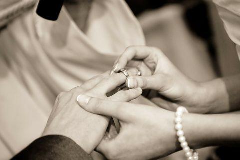 §1. Dieses Gesetz tritt mit dem Ja-Wort in Kraft. §2. Der Ehemann ist ab dem Zeitpunkt der Eheschließung der…
