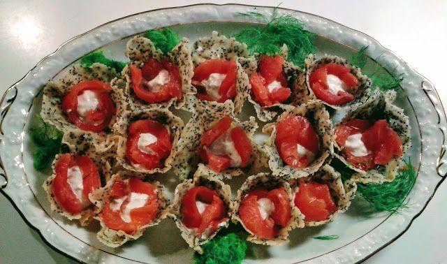 Cestini di grana e semi di papavero farciti con crema allo yogurt greco e rafano e guarniti con filetti di trota affumicata