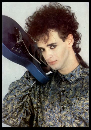 Mítico look de Gustavo Cerati con su Jackson azul. Año 1986.