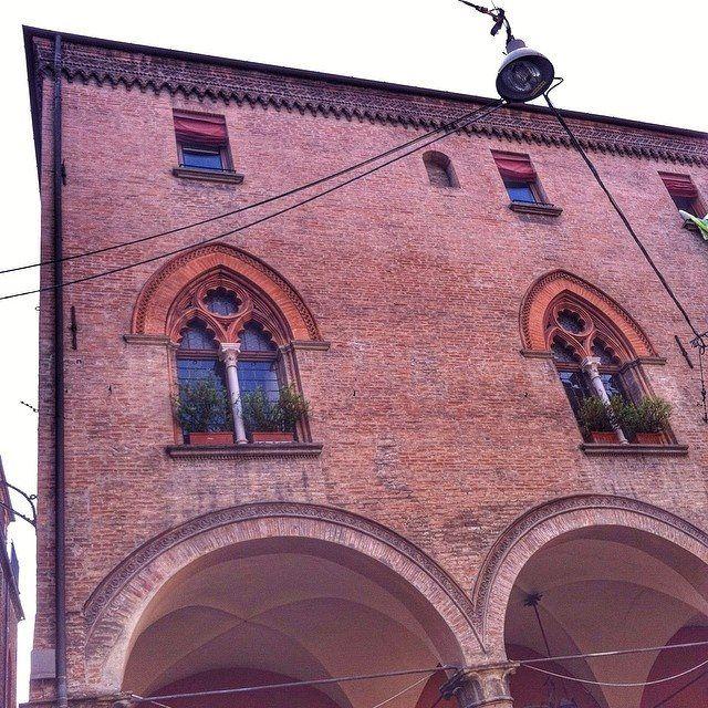 @francina1983  Ed ecco un altro gioiellino nel centro di Bologna, la Casa Castelli: situata all'incrocio tra via Galliera e via Parigi, questa dimora, eretta in forme gotiche verso la metà del XV secolo, nel 1768 divenne il primo ufficio postale della città. Al suo interno sono conservate decorazioni murali di età neoclassica.