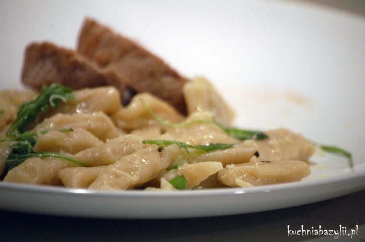 Kuchnia Bazylii: Gnocchi w lekkim serowym sosie z rukolą, podane z polędwicą wieprzową