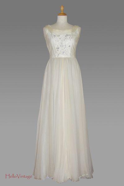 Vintage wedding dress, Braut- oder Brautjunfernkleid aus den 70ern in bodenlanger Form in Champagner. Es ist ein sehr schmal geschnittene...