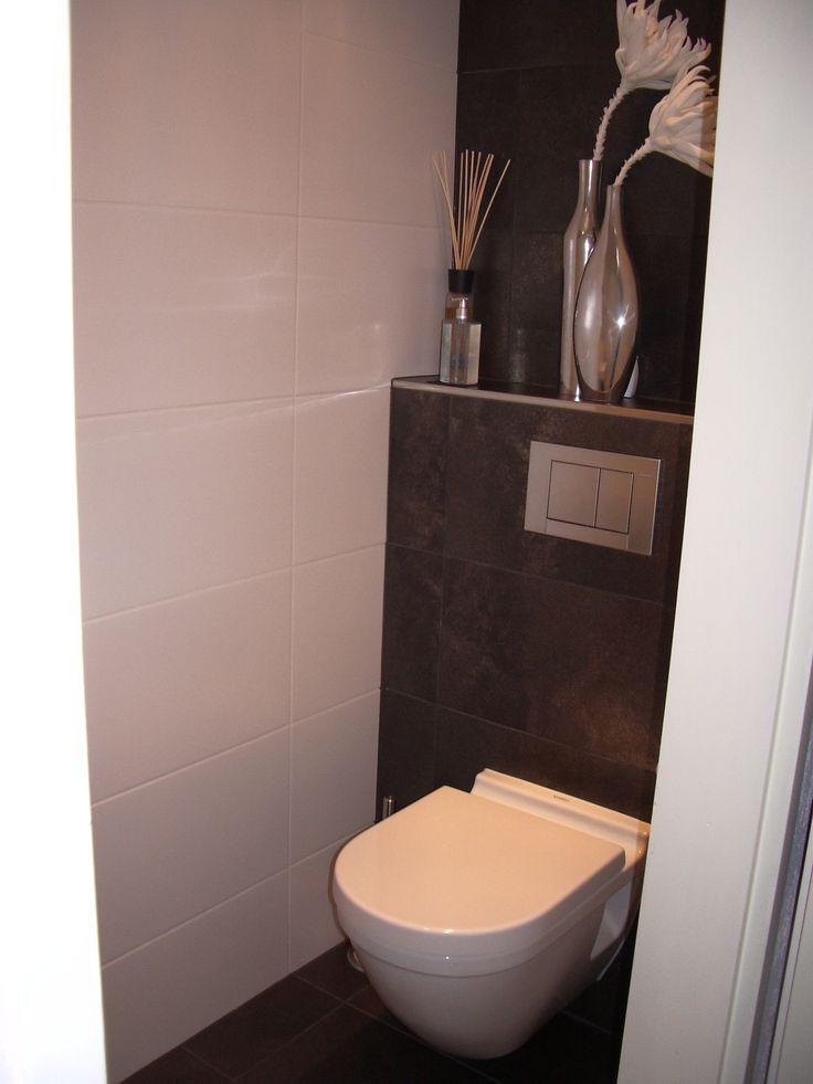 Twee verschillende tegels in de toiletruimte.
