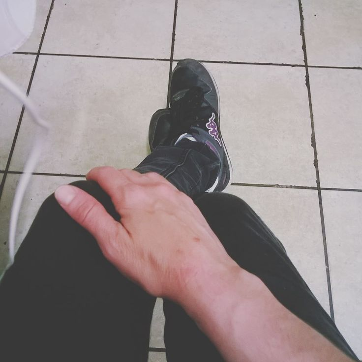Distruggersi un braccio pulendo sotto i banconi della cucina del ristorante: fatto.  #fwas #fwis #foot_love_club #selfeet #whereistand #fromwhereistand #feet #instafeet #kosedikatia #wheremyfeetare #wheremyfeetaretoday #ihavethisthingwithfloors  #tileaddiction #fromwhereonestand #lookdown #happyfeet #travellingfeet #everystepwetake #makeaselfeet by katia_kappao