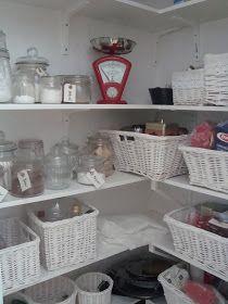 Att sätta etiketter på varje burk i skafferiet är både praktiskt och fint.   Vårt skafferi har fått en dörr som matchar våra köksluckor. I...