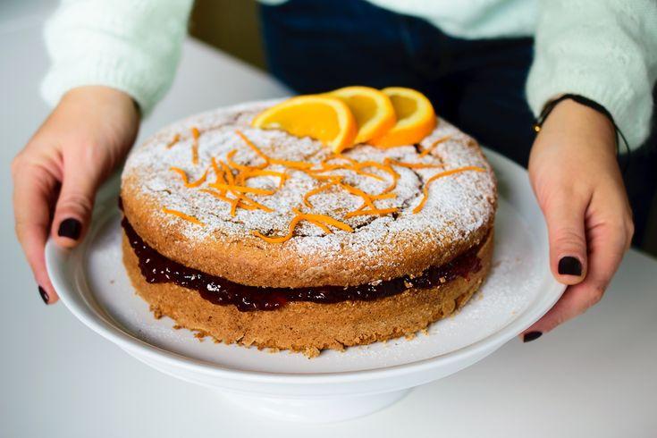 Ένα υπέροχο κέικ ιδανικό για σνακ, πρωινό και επιδόρπιο, που μοσχομυρίζει βούτυρο και πορτοκάλι και έχει στρώση μαρμελάδας. Χωρίς γλουτένη!