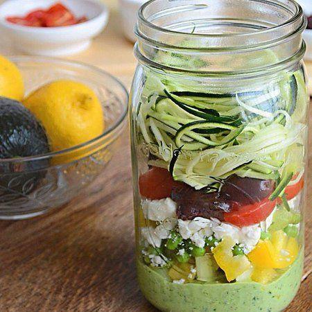 Zucchini-Pasta-Salad (timun jepang, alpukat, bayam, paprika, tomat, buah zaitun, keju)