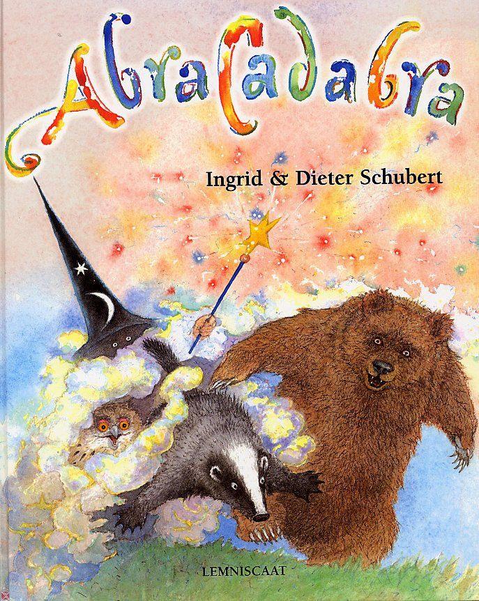 Ingrid Schubert - Abracadabra De dieren van het Duisterbos nemen wraak op de tovenaar die hen allemaal een beetje heeft betoverd. Prentenboek met humoristische tekeningen in kleur.