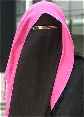 Ze moeten zich schamen om uit vrije wil dit te dragen. Lekker solidair met de onderdrukte vrouwen van de rest van de wereld.