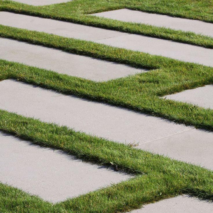 betonová velkoformátová dlažba v trávniku / large format concrete tiles in the lawn