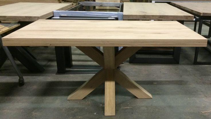 Massief eiken tafel met dubbele kruispoot