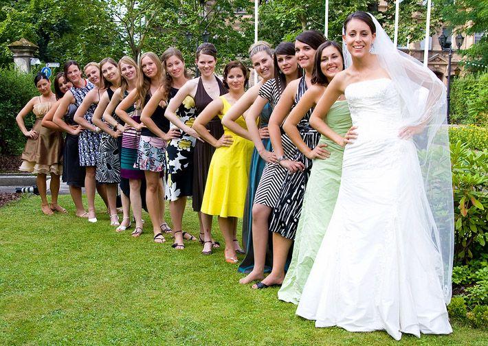 Gruppenfoto auf der Hochzeitsfeier mit den Frauen