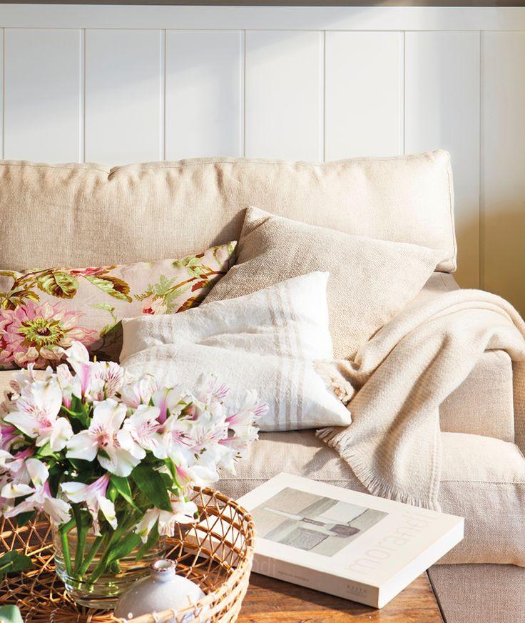 6 MG 0208. Detalles de los cojines beige de diferentes estampados del sofá del salón