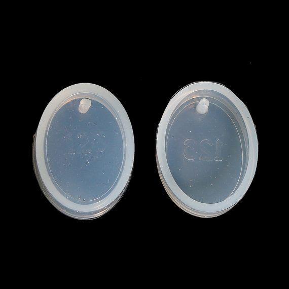 Afzonderlijk verkocht. U ontvangt een ovale siliconen mal. Voeg uw ontwerp en opvulling met hars. Zodra het wordt ingesteld, gewoon pop uit en het is klaar om toe te voegen aan een ketting, sleutelhanger, enz.  Schimmel maatregel 28mm x21mm (1 1/8 x 7/8) Dikte: 7.7 mm (2/8 inch) Gat grootte: 2.5 mm (1/8 inch)  Perfect voor al uw ambacht en sieraden maken behoeften