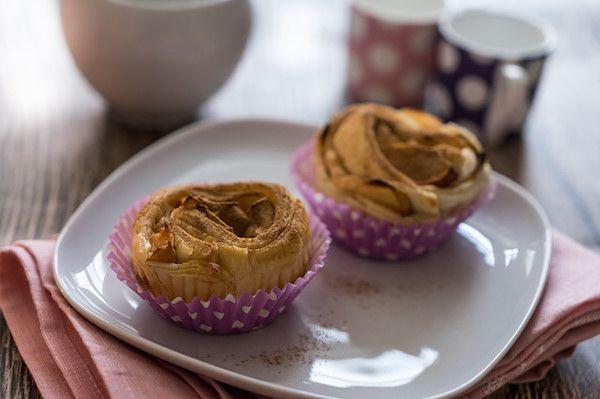 Mele, pasta sfoglia e cannella per un dolce semplice, veloce e delicato. Scopri come preparare le rose di mele e pasta sfoglia con una ricetta adatta a tutti.