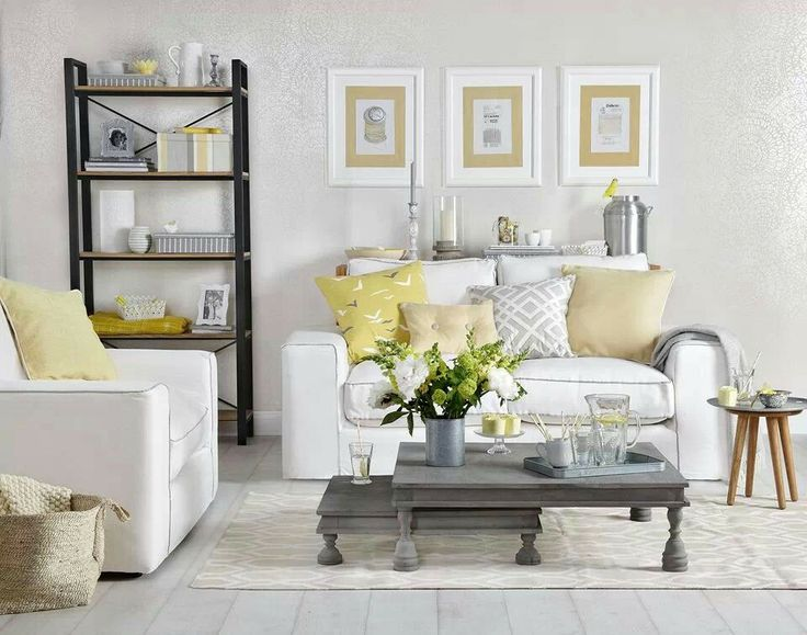 Blanco, gris y amarillo pastel. Me encanta el balance justo de colores / Love this powder yellow, white and gray living room