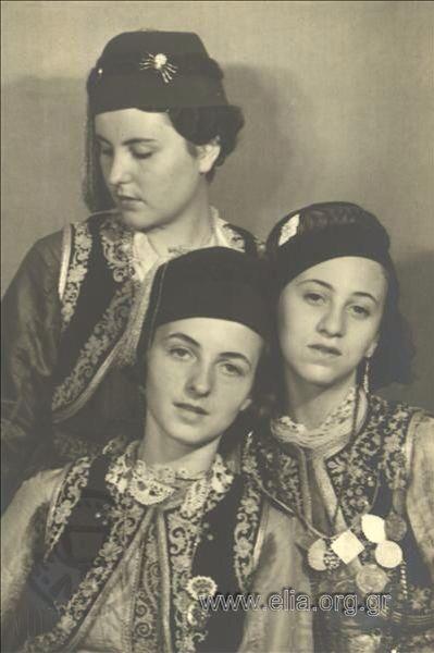 Εορτασμοί της 4ης Αυγούστου: γυναίκες με αστικές παραδοσιακές ενδυμασίες στο Παναθηναϊκό Στάδιο. 1937