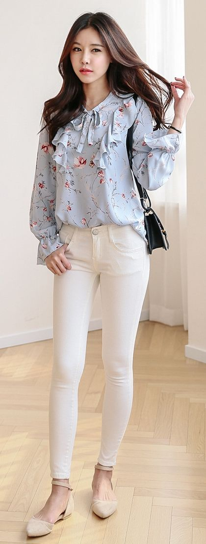 Example of white pants that I do not like...they are too see through and I don't like that you can see the material for the pockets.  I don't like this top either.