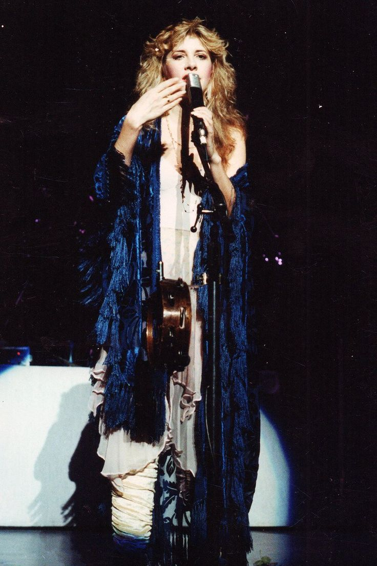 Stevie onstage    ~ ☆♥❤♥☆ ~   wearing her awesome blue Bella Donna shawl, 1981; note the handy hook for her tambo on her microphone stand
