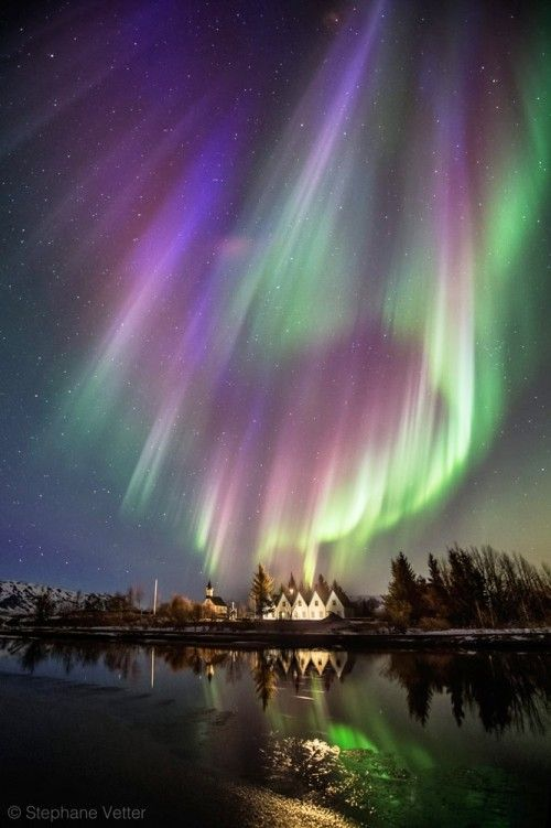 Une tempête de couleurs s'abat sur le site de Þingvellir en Islande le 17 mars 2015 avant l'aube. © Stéphane Vetter