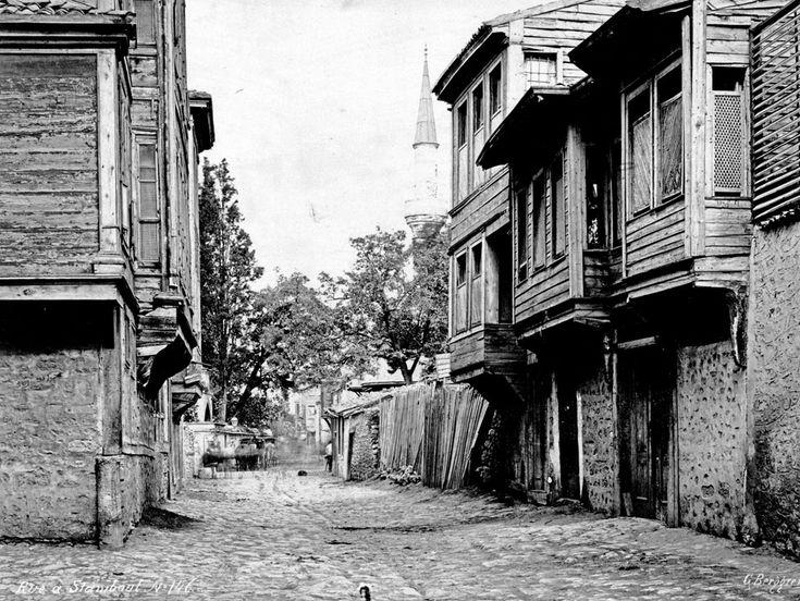 İstanbul-da cumbalı ahşap evler. / 1915