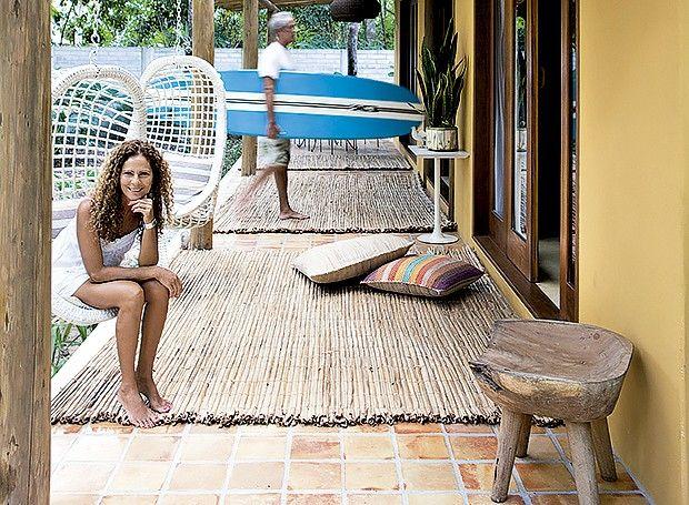 Em nome da qualidade de vida, a designer de interiores Maristela Gorayeb trocou São Paulo por Trancoso, na Bahia, e vive em uma casa com decoração incomum para a localidade