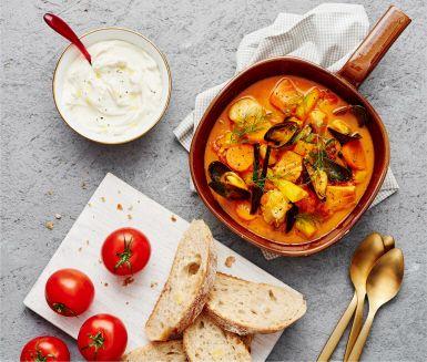 Den här krämiga fiskgrytan görs på blandad fisk och musslor, och får smak av tomat, saffran och vanilj. Och den tar inte lång tid att göra! Servera med turkisk yoghurt, dill och bröd.