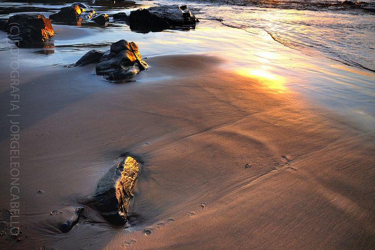 https://flic.kr/p/zMXReH | Arena dorada - Llico Bajo (Patagonia -Chile) | Llico Bajo es una pequeña localidad costera ubicada a unos 100 kms al oeste de la ciudad de Puerto Varas junto a la desembocadura del rio Llico. La zona costera de esta region es muy poco habitada de dificil acceso cubierta en su mayor parte por extensos bosques nativos que se descuelgan hasta el mar. Su abrupta costa esta conformada por grandes acantilados y formidables formaciones rocosas que dan espacio a pequeñas…