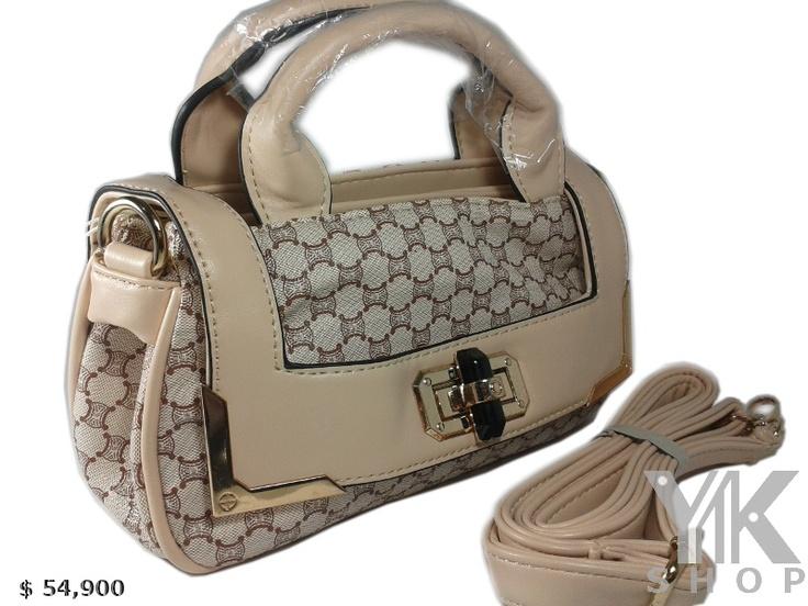 Bolso cruzado $54,900 con broche giratorio color negro y dorado. Complemento ideal para aderezar con cualquier atuendo.  Medidas: 24 cm ancho x 13 cm alto.