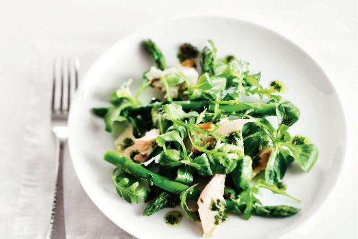 Kijk wat een lekker recept ik heb gevonden op Allerhande! Salade met forel & ansjovisdressing