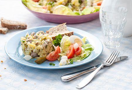 Boeren huzarensalade: Een volle en stevige salade bereid met het duurzame en malse varkensvlees van de familie Scholman. Uit: de Coop Keukentafelgids Lente 2014.