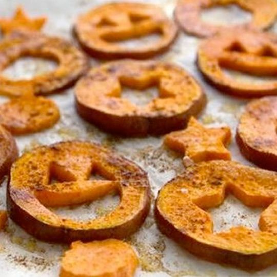 sweet potato fries get a halloween facelift with mini cookie cutters and a bit o spice i would want them the cinnamon sweet way but these are seriously - Halloween Dinner Kids